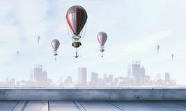 Aerostaten die over hemel vliegen Gemengde media Royalty-vrije Stock Foto's