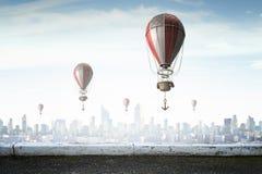 Aerostaten die over hemel vliegen Gemengde media Royalty-vrije Stock Afbeelding