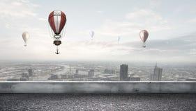Aerostaten die over stad vliegen Royalty-vrije Stock Foto's