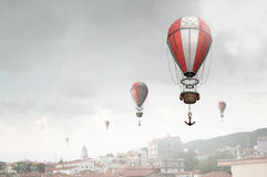 Aerostaten die over stad vliegen Royalty-vrije Stock Foto