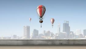 Aerostaten die over stad vliegen Stock Afbeeldingen