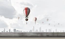 Aerostaten die over stad vliegen Stock Foto's