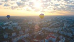 Aerostati che sorvolano città contro il tramonto, uguagliante volo, campionato video d archivio