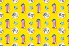 Aerostati del numero uno e della stagnola a forma di palla su fondo rosa pastello Composizione di Minimalistic del pallone metall fotografie stock libere da diritti