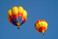 Aerostati di aria calda nel cielo immagini stock