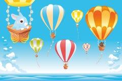 Aerostati di aria calda nel cielo sul mare con il coniglietto. Fotografia Stock Libera da Diritti
