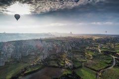 Aerostati di aria calda volanti Vista aerea sopra terreno scenico in Capp fotografie stock