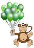 Aerostati di giorno della st Patrick della holding della scimmia Immagini Stock Libere da Diritti