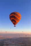 Aerostati nel cielo sopra Cappadocia Fotografia Stock