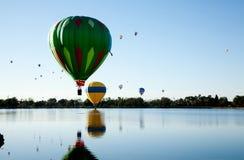 Aerostati sopra il lago Immagini Stock