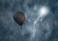 Aerostato ad aria calda fra le nubi con lampo Fotografia Stock Libera da Diritti