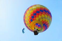 Aerostato che galleggia al cielo blu Immagini Stock Libere da Diritti