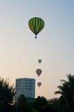 Aerostato che galleggia al cielo sopra la città Fotografie Stock Libere da Diritti