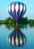 Aerostato che galleggia sull'acqua Fotografia Stock Libera da Diritti