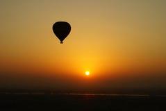 Aerostato di aria calda al tramonto Fotografia Stock Libera da Diritti