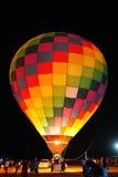 Aerostato di aria calda alla notte. Immagini Stock