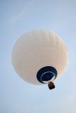 Aerostato di aria calda bianco. Fotografie Stock