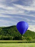 Aerostato di aria calda blu di volo Fotografie Stock Libere da Diritti