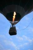Aerostato di aria calda che toglie in sera Immagine Stock