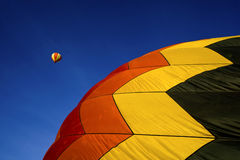 Aerostato di aria calda in cieli blu fotografia stock