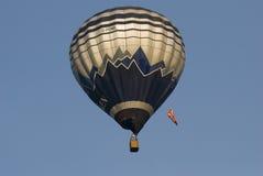 Aerostato di aria calda in cielo fotografia stock