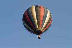 Aerostato di aria calda in cielo fotografia stock libera da diritti