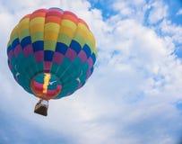 Aerostato di aria calda in cielo immagini stock libere da diritti