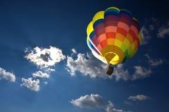 Aerostato di aria calda nel cielo blu Immagini Stock Libere da Diritti