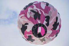 Aerostato di aria calda variopinto nel cielo Fotografia Stock Libera da Diritti