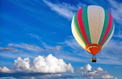 Aerostato di aria calda variopinto su cielo blu Fotografie Stock Libere da Diritti