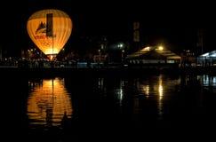 Aerostato e la sua riflessione nel lago annecy. Immagini Stock Libere da Diritti
