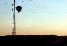 Aerostato e linee elettriche Fotografia Stock