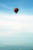 Aerostato e montagne fotografie stock libere da diritti