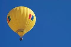 Aerostato giallo, cielo blu Fotografie Stock Libere da Diritti