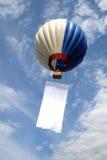 Aerostato nel cielo con gli stendardi Immagine Stock