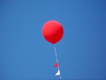 Aerostato rosso con cielo blu Immagini Stock Libere da Diritti