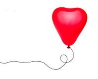 Aerostato rosso del cuore con stringa isolata sopra bianco fotografia stock