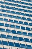 Aerostato rosso su costruzione fotografie stock libere da diritti