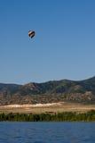 Aerostato sopra il lago e le montagne Fotografie Stock