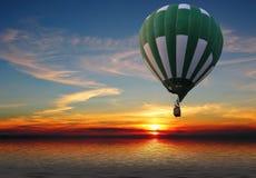 Aerostato sopra il mare Immagine Stock