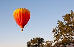 Aerostato sopra le cime d'albero fotografie stock libere da diritti