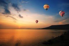 Aerostato variopinto durante il tramonto fotografia stock