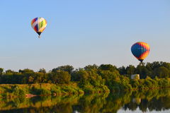Aerostats över floden Royaltyfri Foto