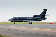 Aerotaxi nero che rulla dalla pista Immagini Stock Libere da Diritti