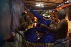 Aetist de Kathakali que consigue vestido Imagenes de archivo