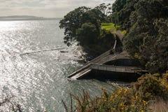 Afdaling aan het overzees, Whangaparaoa-Schiereiland, Nieuw Zeeland Royalty-vrije Stock Foto