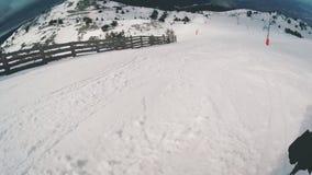Afdaling bij ski stock footage
