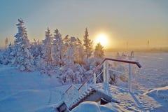 Afdaling van de brug door de bevroren rivier Kolyma Een vorsta daling Stock Fotografie