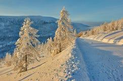 Afdaling van pas De winter Een daling avond kolyma Stock Afbeelding