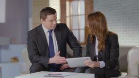 Afdelingschef die aan cliënt, bedrijfspresentatie op tablet spreken stock videobeelden